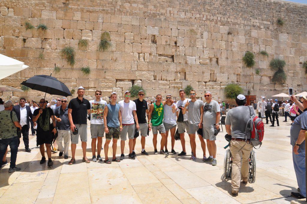 """""""Raudų siena"""" Jeruzalė, Vytauto Didžiojo universiteto krepšinio komanda"""